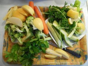 légumes et fruits coupés pour préparation jus vert