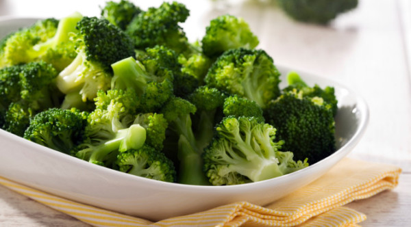 Le brocoli (et toute la famille des choux en général) est une importante source de vitamine K